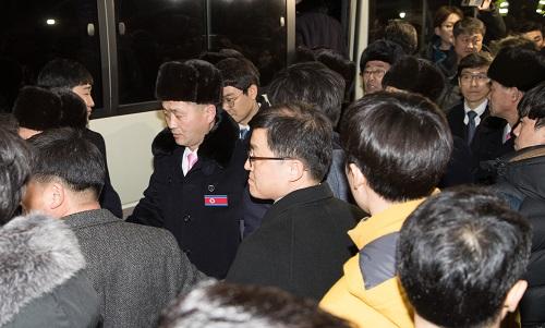 2月1日,朝鲜平昌冬奥体育代表团成员抵达韩国江原道襄阳国际机场。新华社发