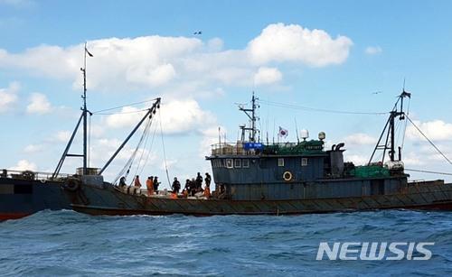 14日下午,韩国海警登上中国渔船进行盘问检查