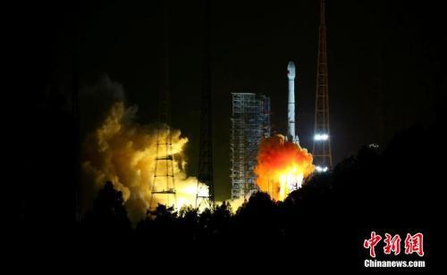 """资料图:2017年11月5日,中国在西昌卫星发射中心用长征三号乙运载火箭,以""""一箭双星""""方式成功发射第24颗、第25颗北斗导航卫星。中新社发 李晋 摄"""