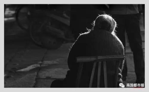 海口两老人将2间铺面赠与独子,儿子过户心切竟将老父告上法庭
