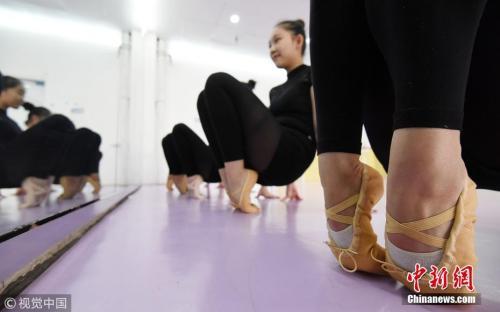 资料图:舞蹈专业艺术生在练功房练习站脚背。郝群英 摄 图片来源:视觉中国