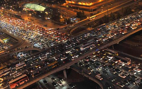 资料图片:北京国贸桥车流缓慢行进。新华社记者 公磊 摄
