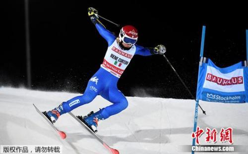 选手在参加雪地障碍马拉松赛。