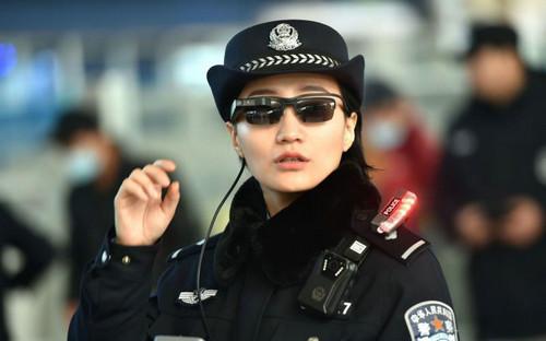 中国警察戴上人脸识别墨镜 逃犯无处可逃