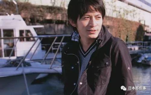 当时外界就猜测是在为迎娶宫崎葵做准备。如今果然两人修成正果。