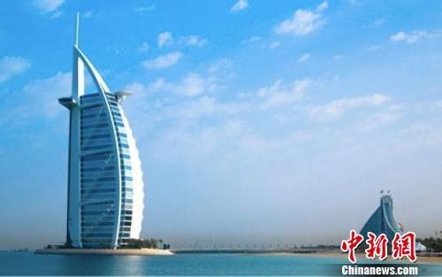 图为迪拜的帆船酒店。 官方供图