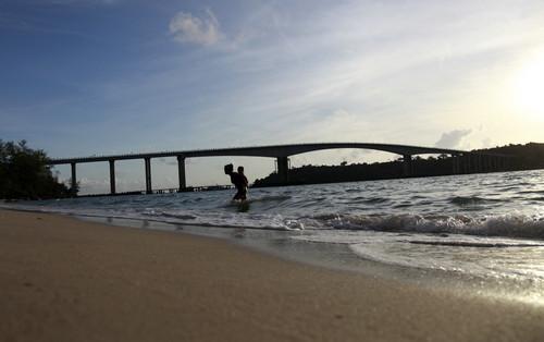 资料图片:西哈努克市蛇岛跨海大桥。新华社发