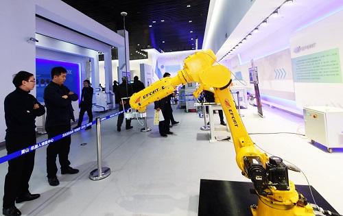 资料图片:2017年12月20日,观众在萧山机器人博展中心参观工业机器人。新华社发