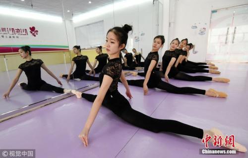 """资料图:随着2018年艺考临近,""""00后""""艺考生们在练功房内进行强化训练,备战艺考。今年高考的考生绝大部分是上世纪90年代末出生的孩子,2018年将是""""00后""""的高考时代,他们将正式成规模地登上高考舞台。郝群英 摄 图片来源:视觉中国"""