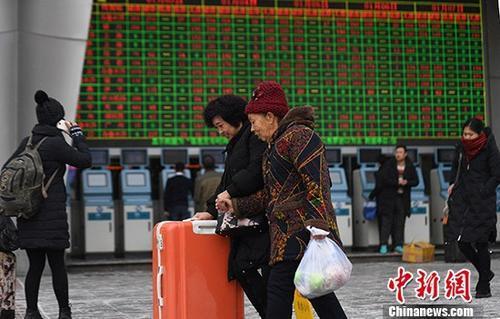 资料图:1月3日,2018年春运首日火车票正式开售,除夕当天(2月15日)火车票将从1月17日开售。中新社记者 杨艳敏 摄