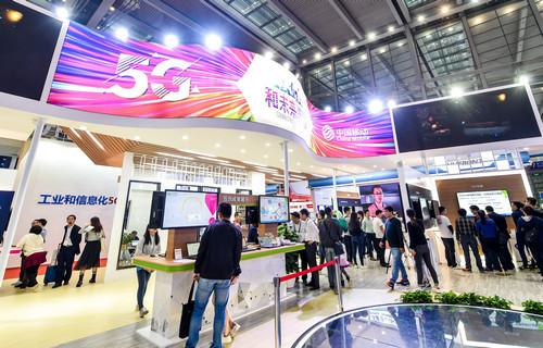 资料图:11月19日,参观者在中国移动的展台了解5G信息。新华社记者 毛思倩 摄