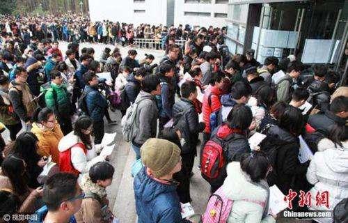 资料图:2017年研究生入学考试南京林业大学考点,考生开始进入考场。 图片来源:视觉中国