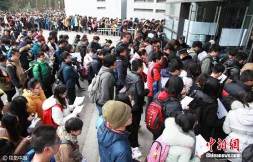 资料图:2016年,江苏省南京市,在南京林业大学考点,参加研究生考试的考生开始进入考场。 图片来源:视觉中国