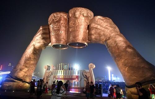 资料图:游客在啤酒节现场拍照留念 新华社记者 朱峥 摄
