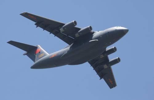 (接装当日,首架运-20飞机超低空通场。刘应华摄)