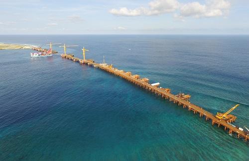 这是2017年4月25日拍摄的从空中俯瞰建设中的马尔代夫中马友谊大桥。新华社发