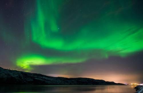 在挪威希尔克内斯附近,北极光辉映夜空。新华社/法新