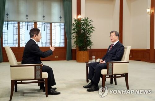资料图:2017年12月12日,在韩国青瓦台,韩国总统文在寅接受CCTV专访。(图片来源:韩联社/青瓦台提供)