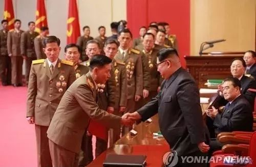 """▲金正恩表彰""""火星""""-15型洲际弹道导弹的研发人员。"""