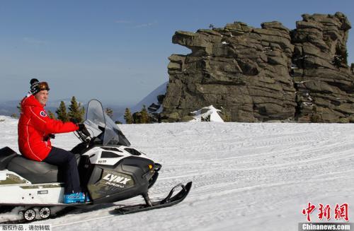 2013年3月31日,俄罗斯总理梅德韦杰夫探访滑雪胜地,饶有兴致地驾驶雪地摩托车。