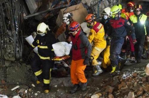 搜救人员搬运加拿大籍港裔夫妻遗体。图片来源:台湾《联合报》