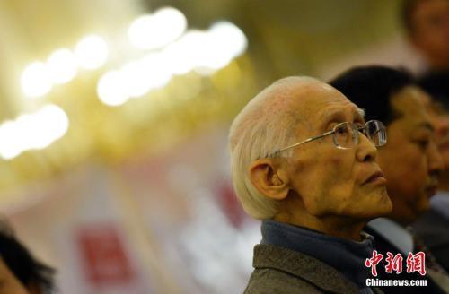 这位清癯和善的老人带着他的乡愁,永别了挚爱的诗歌