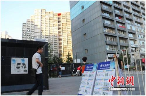 资料图:北京某小区门口摆放的房屋租售广告。