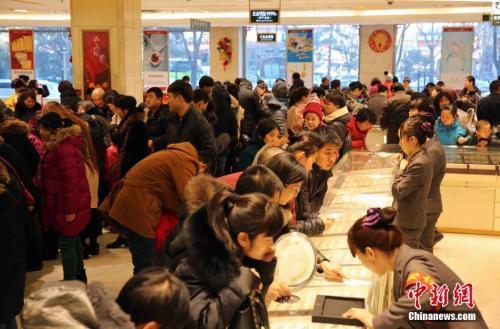 资料图:市民在北京菜百选购黄金饰品。 中新社记者 任海霞 摄