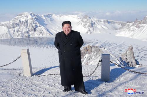 朝鲜最高领导人金正恩12月8日登上长白山。(朝中社)