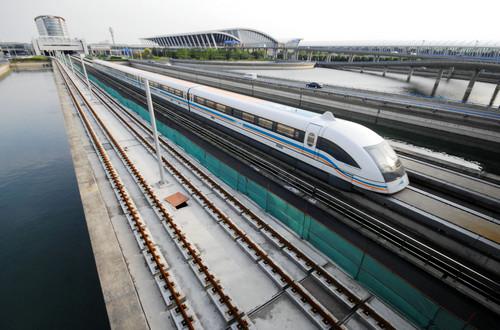 资料图片:一辆磁悬浮列车从上海浦东机场站驶出(2009年4月27日摄)。新华社发