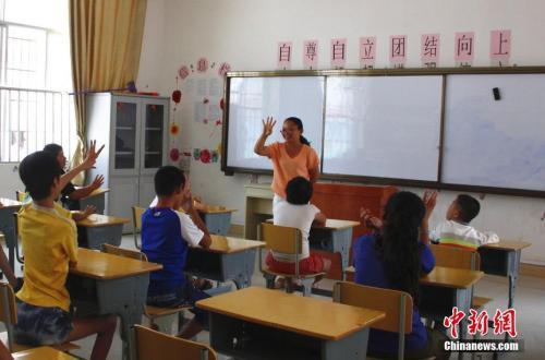 资料图:一名老师正在给学生上课。朱柳融 摄