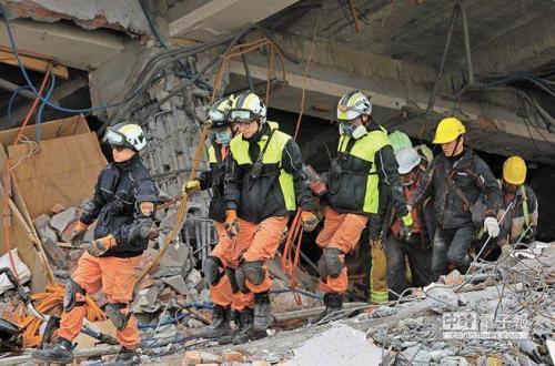 """搜救人员在花莲云门翠堤大楼全力搜救失联者。图片来源:""""中时电子报"""""""