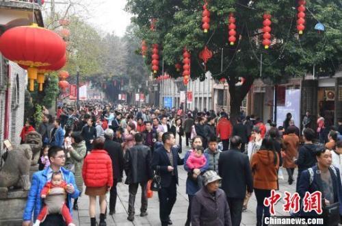 春节长假,福州三坊七巷游人如织。 记者 刘可耕 摄