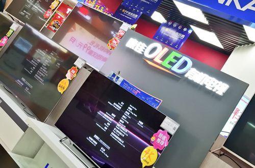 """3月8日, 2018中国家电及消费电子博览会(AWE)开幕。展出前夕,TCL、夏普等彩电企业就已经开启发布会,这也是年后厂商们第一次""""秀肌肉""""。"""