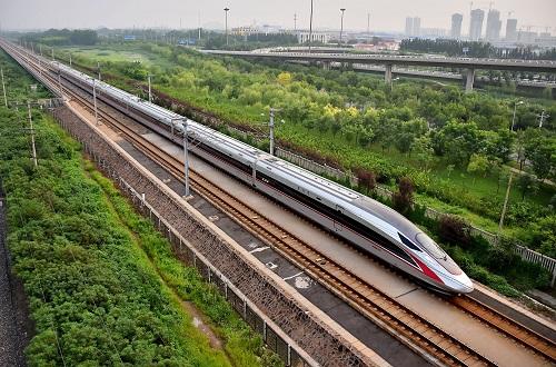 """资料图片:2017年8月21日,从北京南开往天津的C2001次""""复兴号""""中国标准动车组驶入天津市区。 新华社发"""