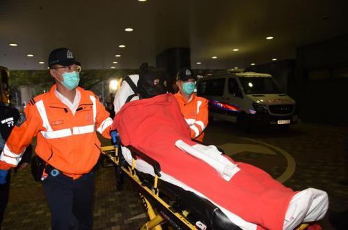 香港沙田15日发生一起疑似袭警抢枪案,两名警员受伤。图为男性嫌犯被送往医院。图片来源:香港《星岛日报》