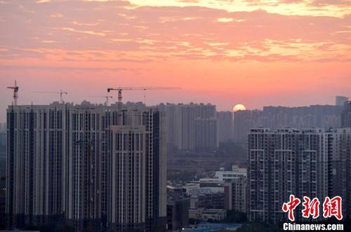 资料图:图为成都城区一角,太阳正从东方升起。中新社记者 刘忠俊 摄