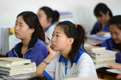 资料图片:2015年5月28日,河北省沧州市第三中学高三毕业班的学生在教室听课。新华社记者 朱旭东 摄