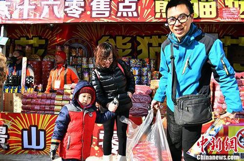 2018年春节期间,北京市共设置烟花爆竹销售网点87个,同比去年下降了82.97%。今年春节烟花爆竹共备货7.5万箱,比2017年备货量的17万箱,下降了55.9%。 中新社发 李连杰 摄