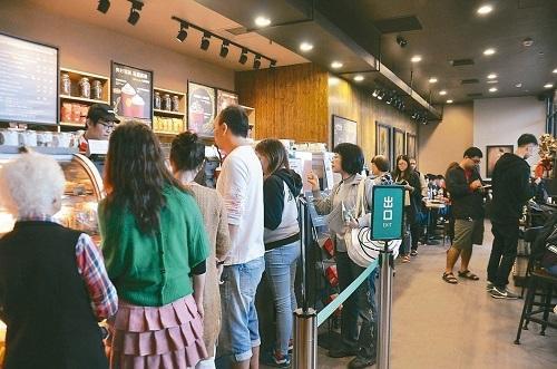 春节后多家连锁餐厅、手摇饮料店宣布涨价。图为高铁苗栗站星巴克门市吸引民众排队。(图片来源:台湾《联合报》)