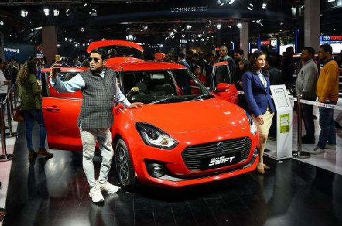 2月11日,在印度新德里卫星城大诺伊达,与会者在2018新德里国际车展上参观。(新华/法新)