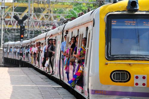 资料图片:一辆满载乘客的火车开进孟买站。新华社记者 汪平 摄