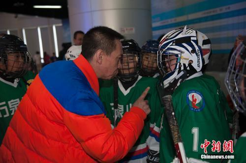 资料图:冰球教练布置战术。 中新网记者 翟璐 摄