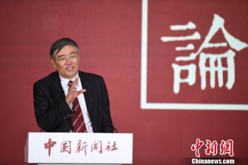 中财办副主任杨伟平易近21日在中国消息社举行的国事论坛2017年会上表现,中国必需摒弃从前那种赶超型的经济形式,不以GDP论好汉。 崔楠 摄