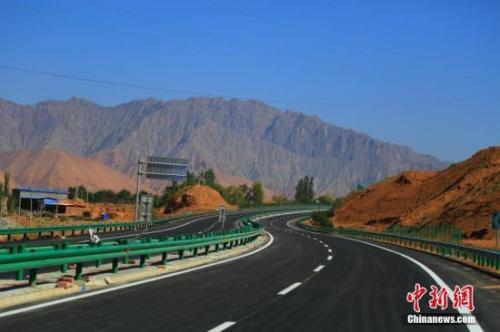 资料图:青海循隆高速公路建成通车,青海循化撒拉族自治县结束没有高速公路历史。 韩龙 摄