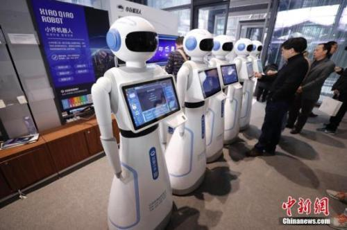 图为民众体验人工智能机器人。中新社记者 杜洋 摄