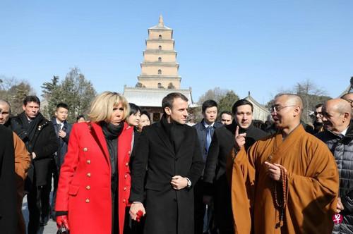 法国总统马克龙及夫人8日在西安参观大雁塔(法新社)