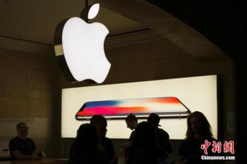 资料图:纽约中央车站的苹果专卖店iPhoneX销售火爆,店内人头攒动。中新社记者 廖攀 摄