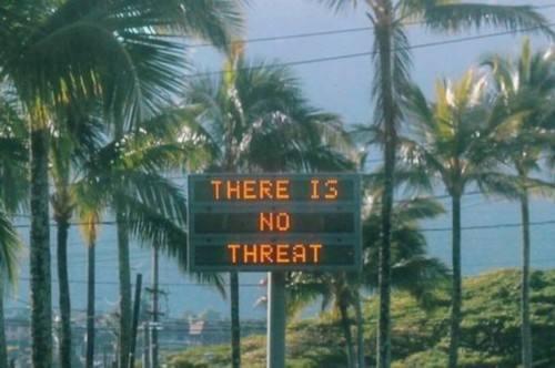 资料图片:1月13日,夏威夷发布导弹假警报后,通过告示牌通知民众没有威胁。(图片来源于网络)