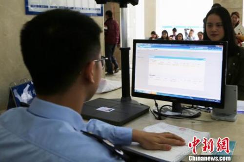 资料图:纳税人在平湖国税办税厅进行人像采集 房恩辉 摄